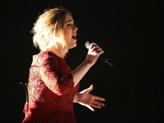 Adele endorses Clinton at Miami concert