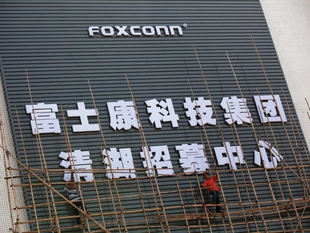 Electronics giant Foxconn will build plant in Wisconsin