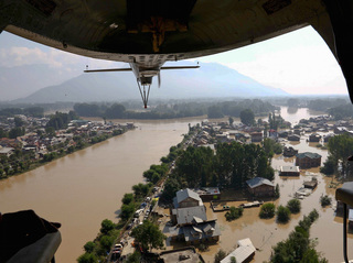 India floods: Hundreds killed, thousands missing